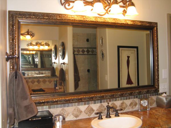 miroir décoratif mural occupant tout un mur