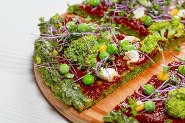 pizza végétarienne aux tomates broccoli pois fromage feta et micro-pousses