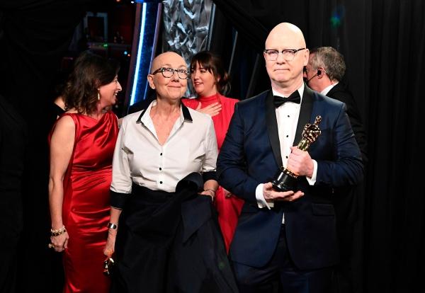 remise des Oscars 2020 statuette en main