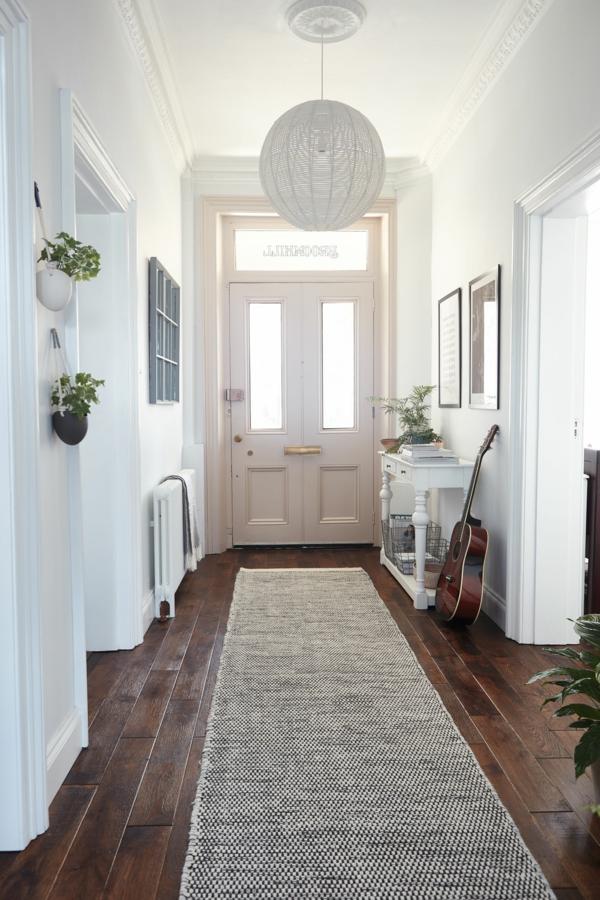 tendance déco 2020 couloir blanc lumineux avec grande porte d'entrée