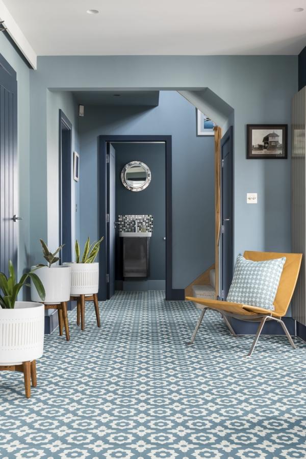 tendance déco 2020 entrée couleurs bleues bois et céramique