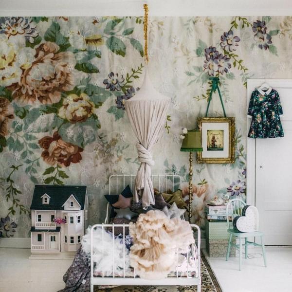 tendance déco intérieur biophilie chambre d'enfant papier peint aux motifs floraux