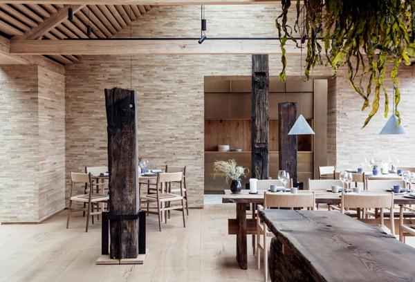 tendance déco intérieur biophilie restaurant mobilier en bois revêtement mural en pierre