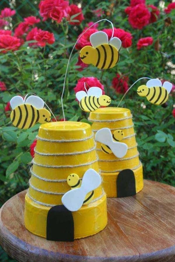 bricolage déco jardin avec des pots en terre cuite nid d'abeille