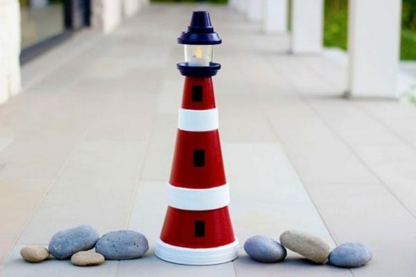 bricolage déco jardin avec des pots en terre cuite phare marin