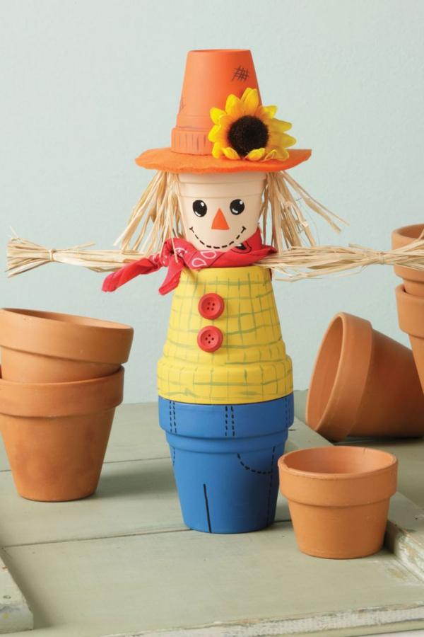 bricolage jardin avec des pots en terre cuite épouvantail