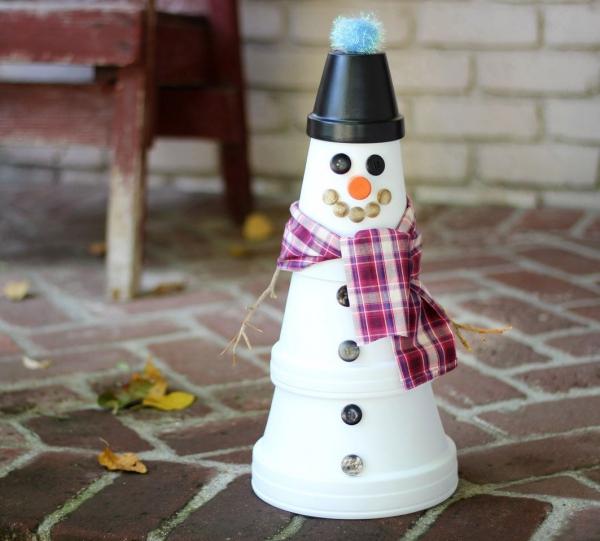 bricolage jardin avec des pots en terre cuite bonhomme de neige