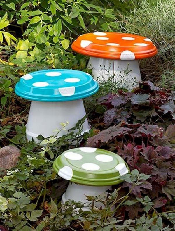 bricolage jardin avec des pots en terre cuite champignons