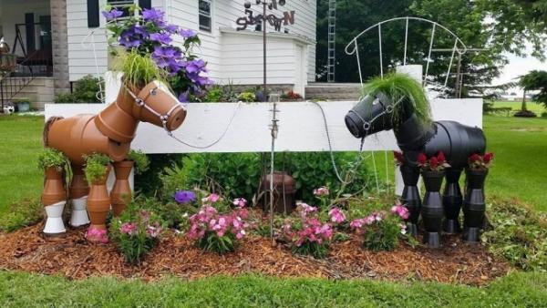 bricolage jardin avec des pots en terre cuite cheveaux