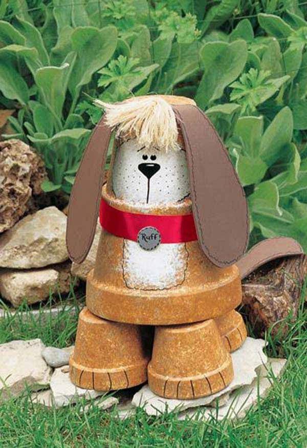 bricolage jardin avec des pots en terre cuite chien