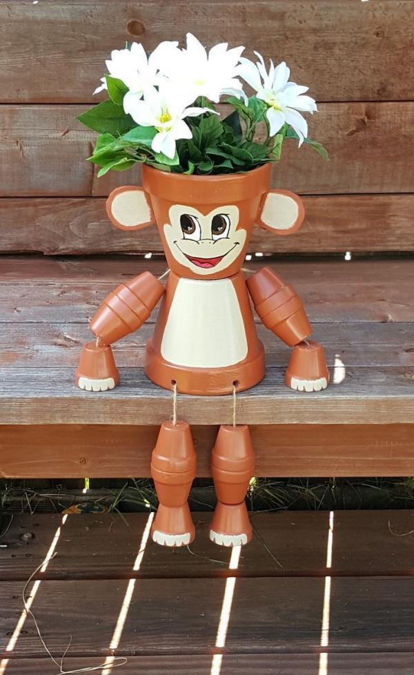 bricolage jardin avec des pots en terre cuite singe