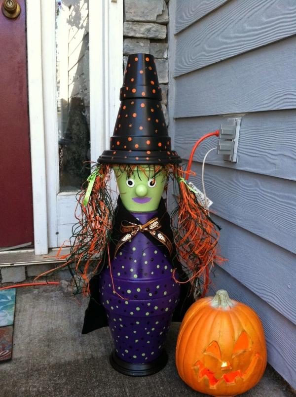 bricolage jardin avec des pots en terre cuite sorcière halloween