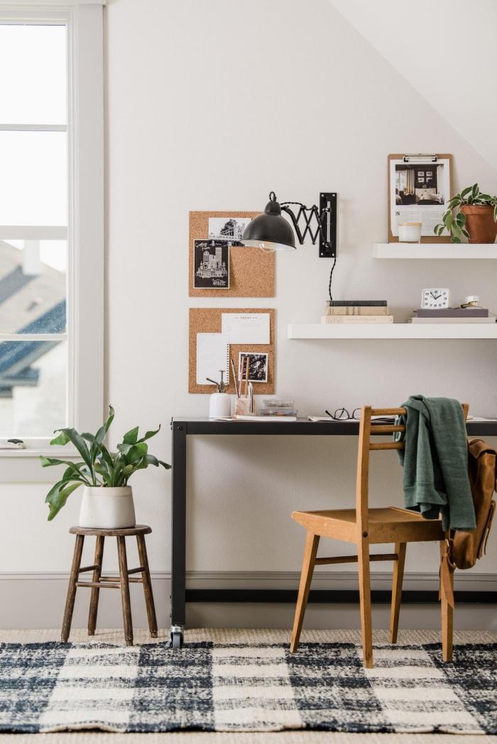 bureau à domicile à côté de la fenêtre