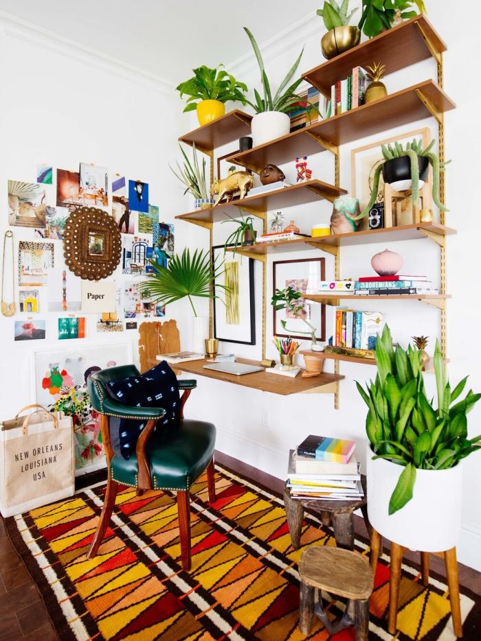 bureau à domicile étagères sur les murs