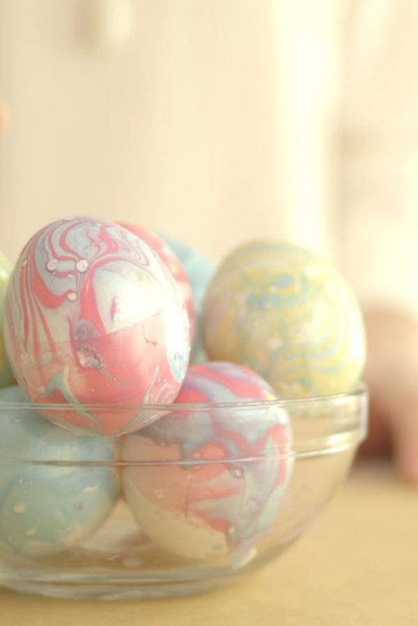 chasse aux oeufs de Pâques avec du vernis à ongles