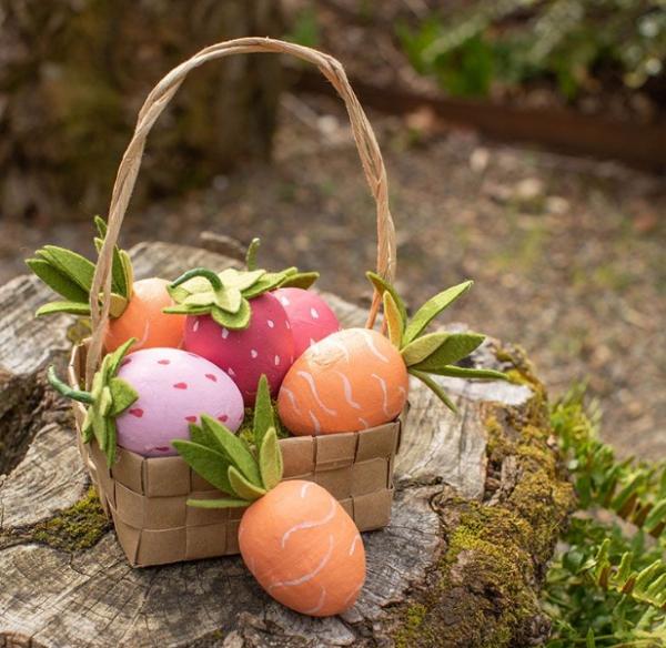 chasse aux oeufs de Pâques fraises et carottes