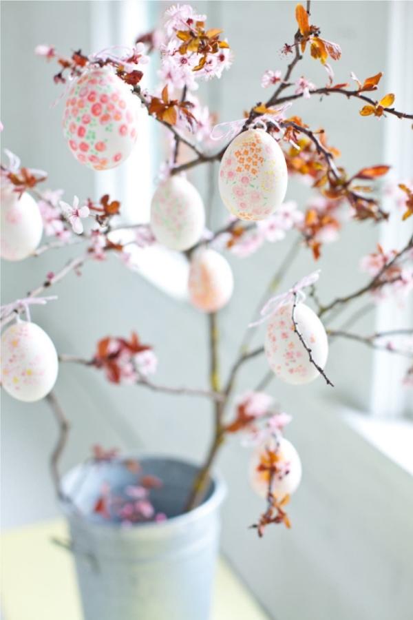 chasse aux oeufs de Pâques pétales pastel