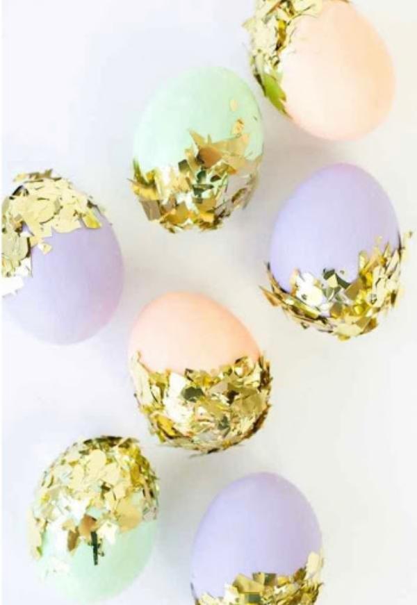 chasse aux oeufs de Pâques recouverts de confettis