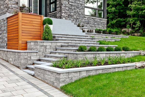 construire un mur de soutènement jardin blocs gris