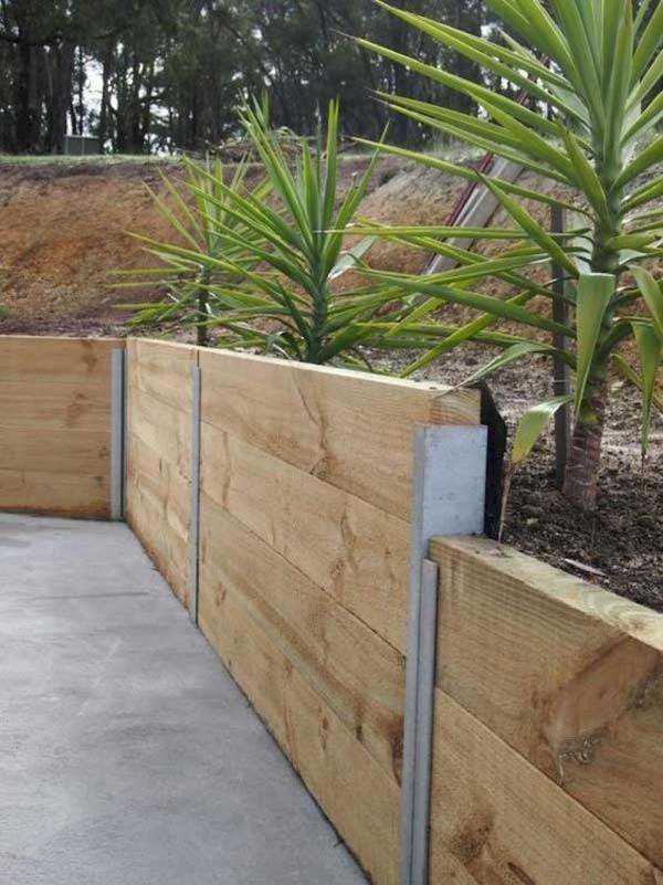 construire un mur de soutènement jardin en planches de bois