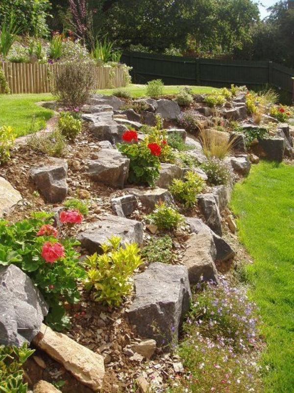 construire un mur de soutènement jardin en roches et galets