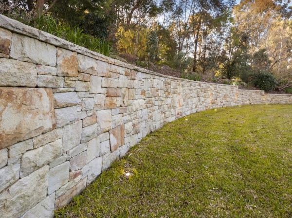 construire un mur de soutènement jardin grès