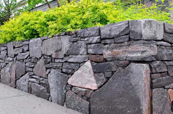 construire un mur de soutènement jardin grosses roches
