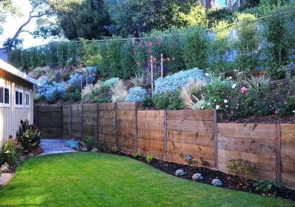construire un mur de soutènement jardin planches larges