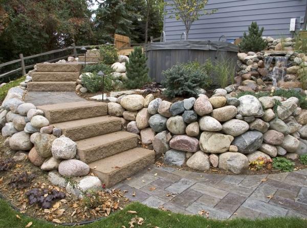 construire un mur de soutènement jardin roches rondes