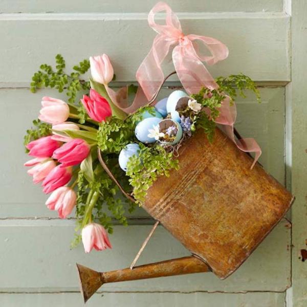 déco de pâques extérieur et jardin arrosoir avec des fleurs