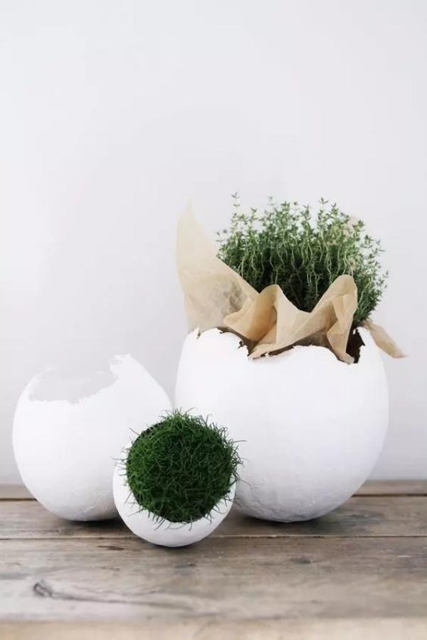 déco de pâques extérieur et jardin grand oeuf en plâtre avec des plantes dedans