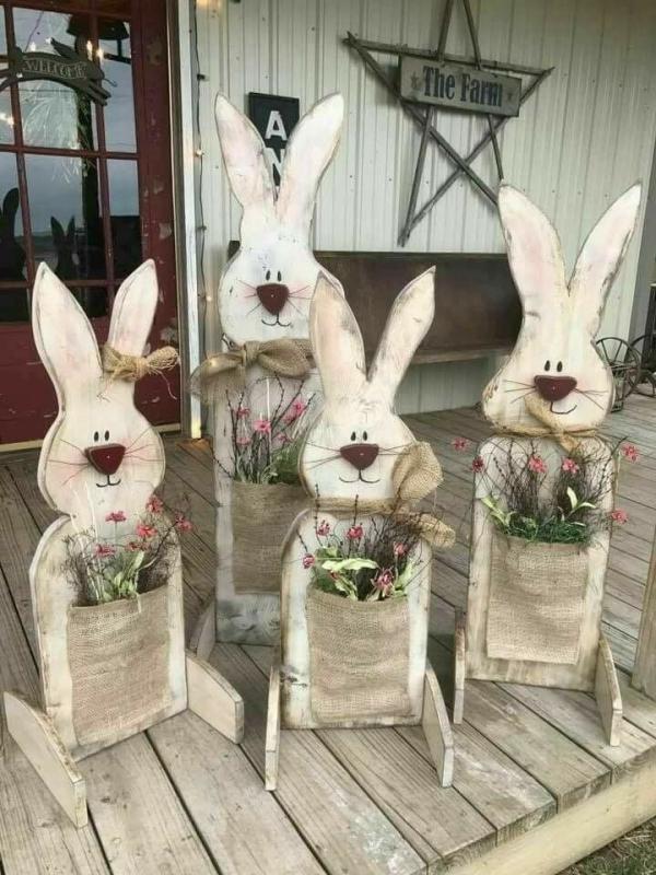 déco de pâques extérieur et jardin lapins en bois avec des fleurs