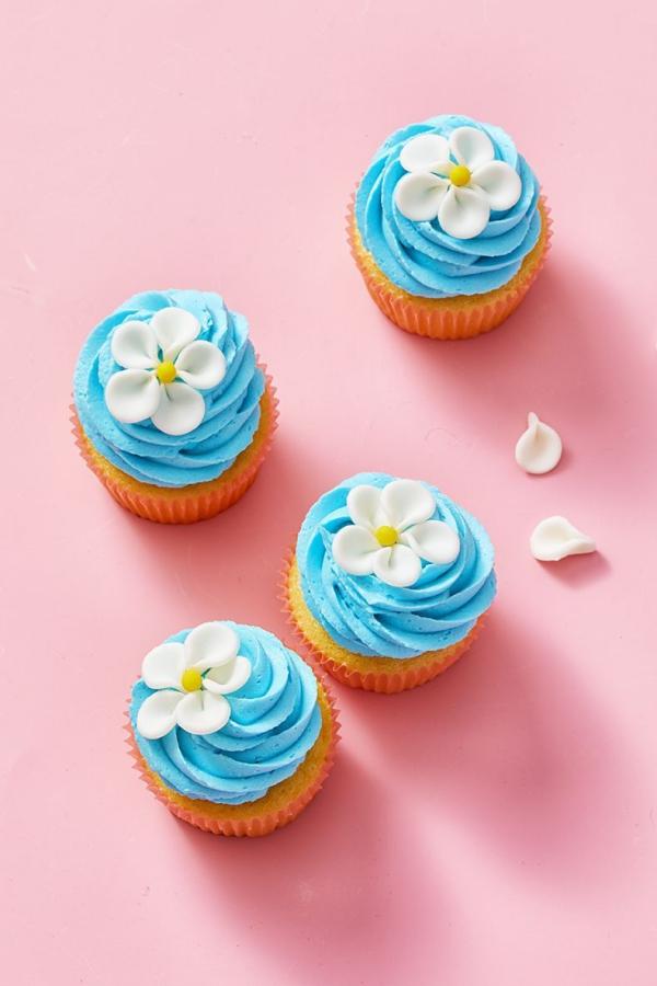 dessert de Pâques cupcakes aux fleurs bleues