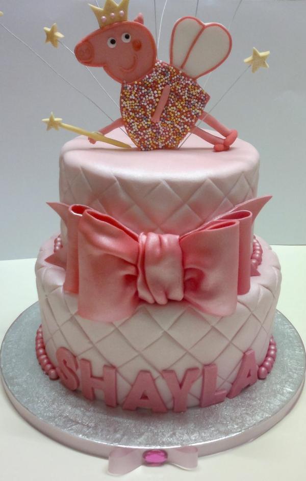 gâteau peppa pig au glaçage blanc et rose anniversaire fille