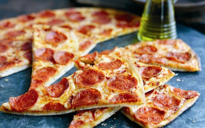 pizza au bbq kamado cuisine d'été extérieur