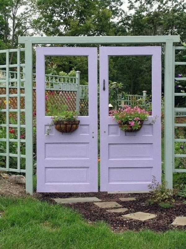 portillon de jardin à partir de deux anciennes portes d'intérieur