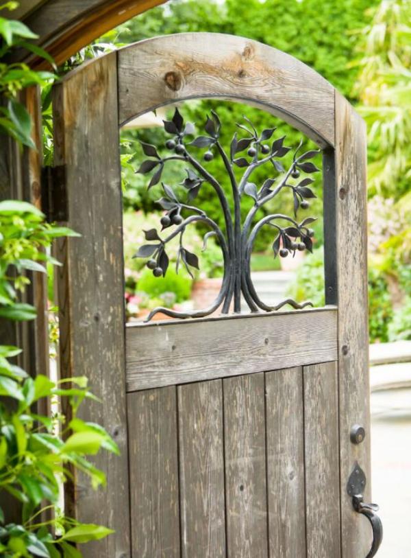 portillon de jardin à partir d'une ancienne porte décorée de fer forgé