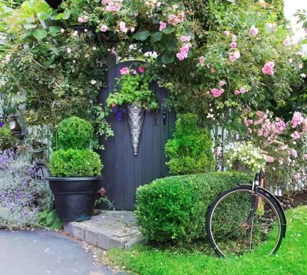 portillon de jardin en bois avec un ornement en fer