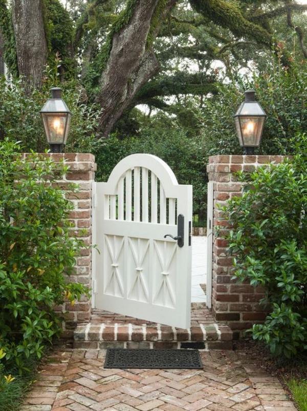 portillon de jardin en bois blanc et clôture en briques