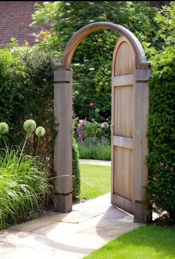 portillon de jardin en bois clair