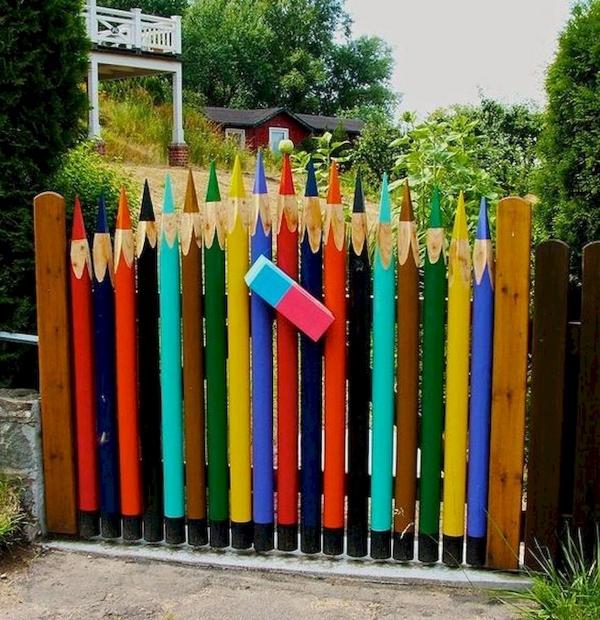 portillon de jardin en bois coloré motif ludique