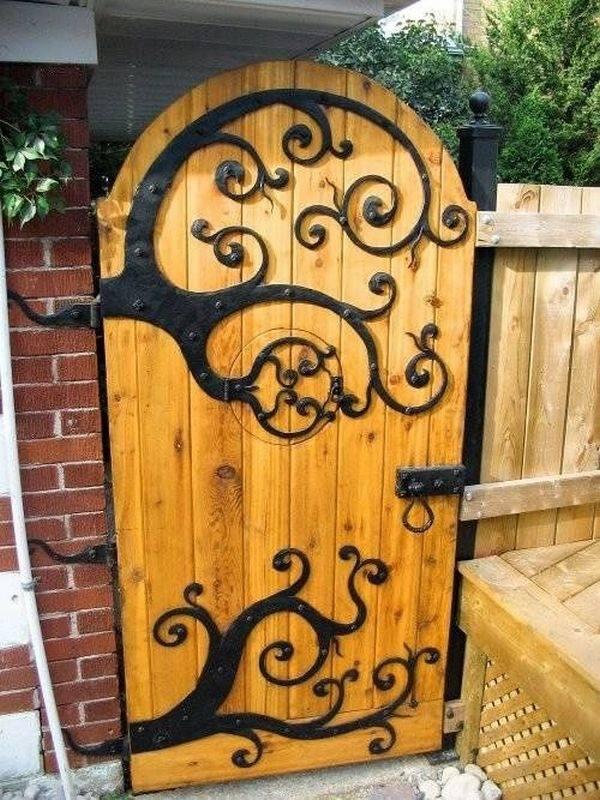 portillon de jardin en bois décoré de fer forgé stylisé