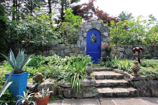 portillon de jardin en bois et clôture en pierre naturelle