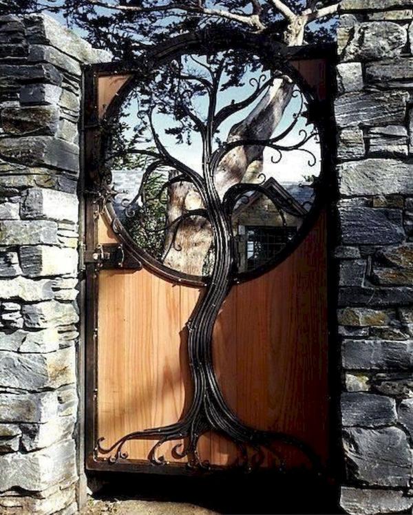portillon de jardin en bois et fer forgé sous la forme d'arbre