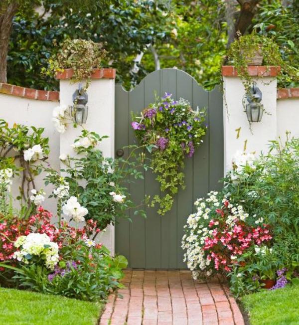 portillon de jardin en bois et mur de clôture en briques