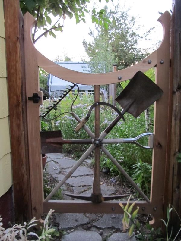 portillon de jardin en bois et outils de jardinage