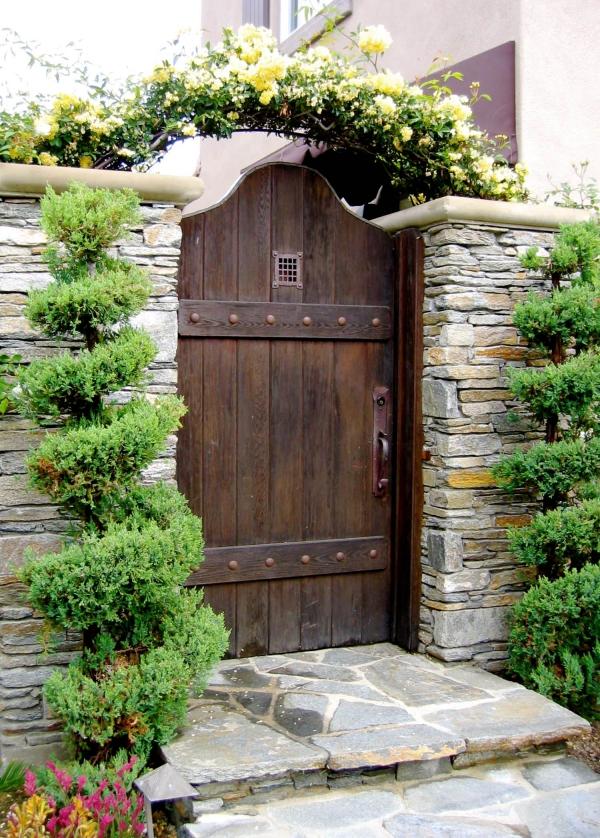 portillon de jardin en bois massif et clôture en pierre naturelle