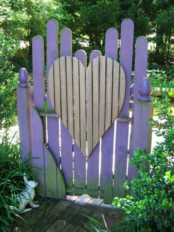 portillon de jardin en bois orné d'un coeur