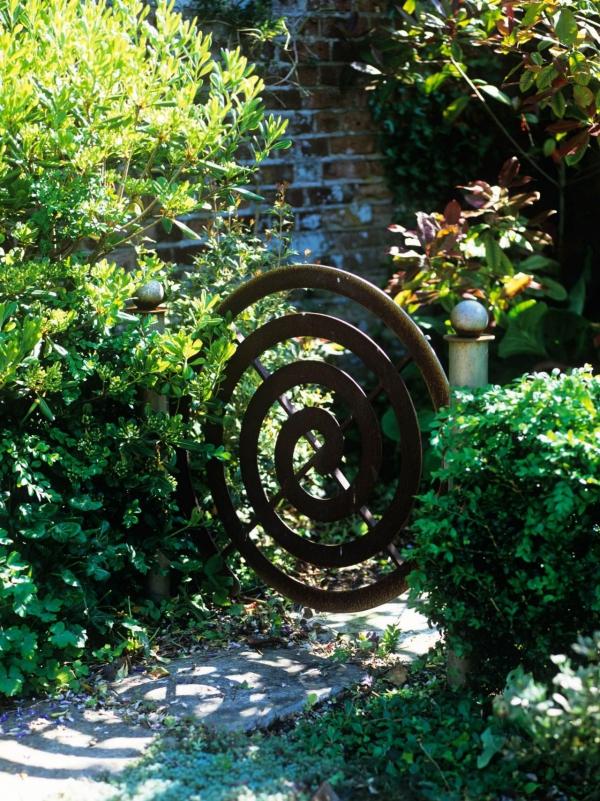 portillon de jardin en cuivre sous la forme de spirale
