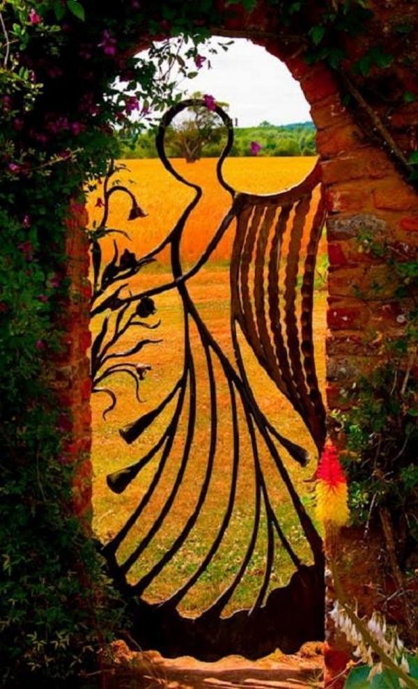 portillon de jardin en fer et clôture en briques